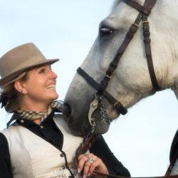 Portret amazonki z koniem w Camargue