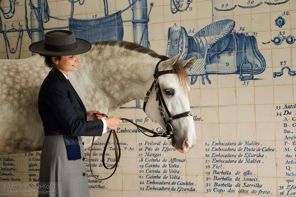 Ines Bessa de Carvalho z ogierem lusitano Erasmus na tle azulejos