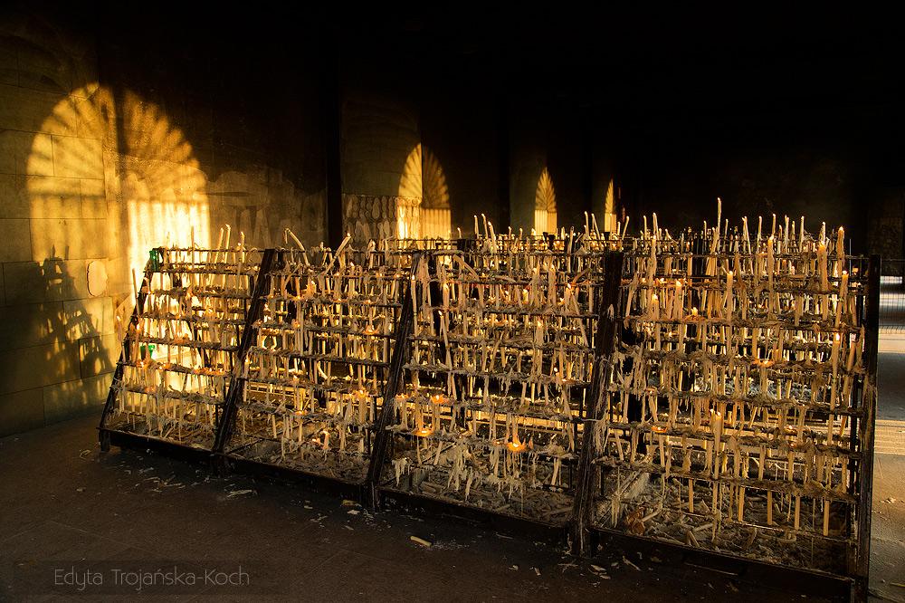 Świece wotywne w andaluzyjskim sanktuarium w Hiszpanii