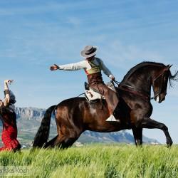 Jeździec doma vaquera i tancerka flamenco w górach Hiszpanii