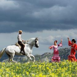 Tancerki flamenco i jeździec doma vaquera na tle gór