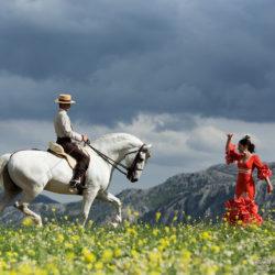 Tancerka flamenco i jeździec doma vaquera na tle gór