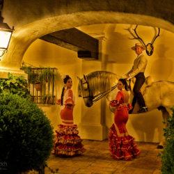 tancerki flamenco z jeźdźcem doma vaquera w patio