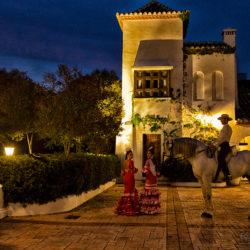 Tancerki flamenco z jeźdźcem doma vaquera wieczorem w patio