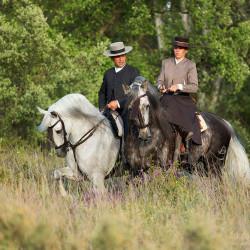 Jeździec i amazonka w strojach doma vaquera