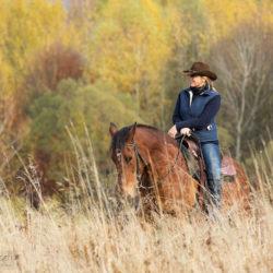 Kowbojka jesienią wśród traw