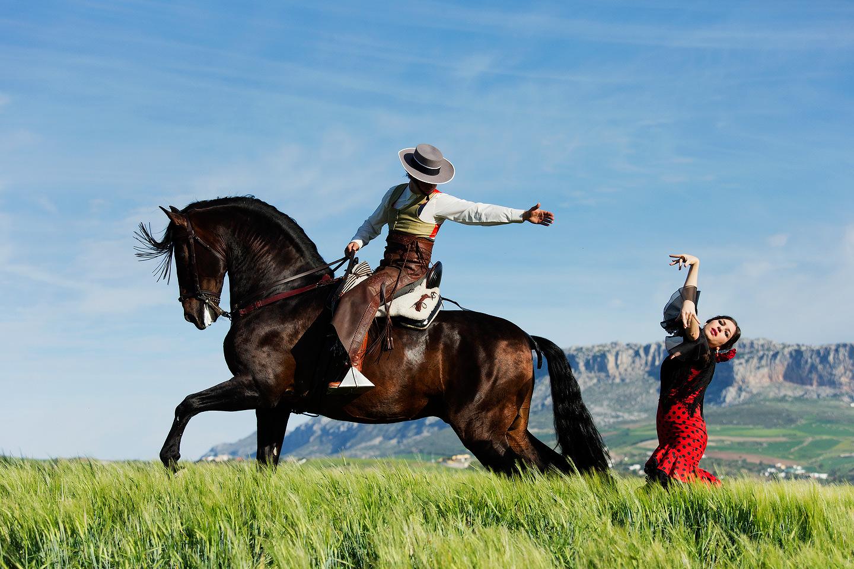 Tancerka flamenco i jeździec na koniu w górach Hiszpanii