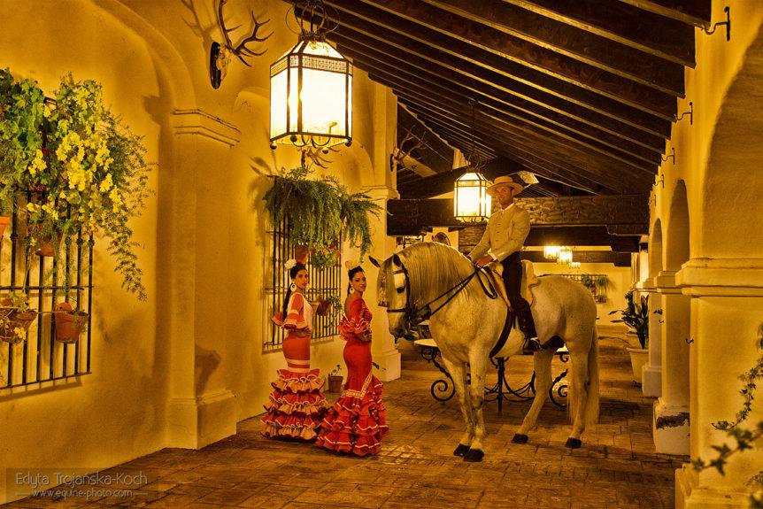 Gitanas i jeździec w hiszpańskim patio