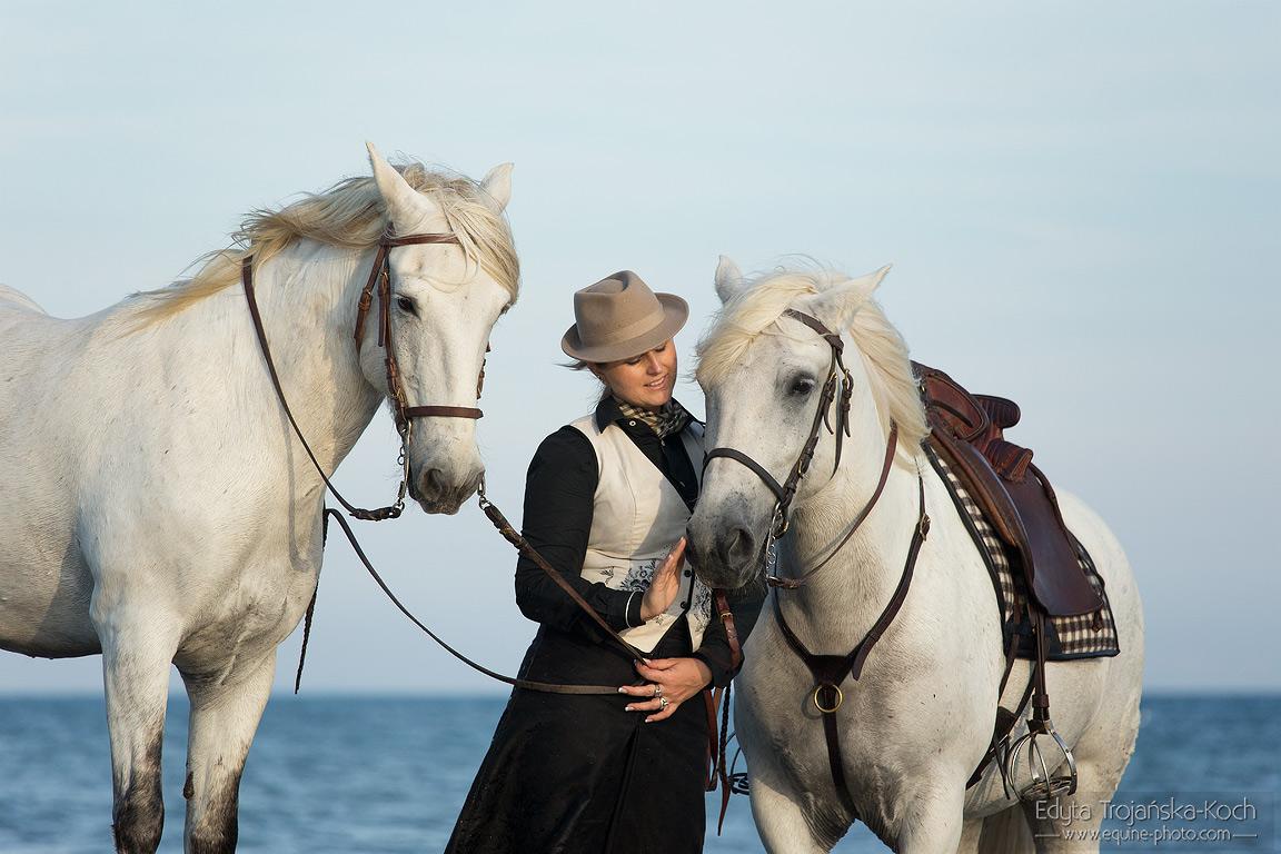 Portret amazonki z końmi z Camargue