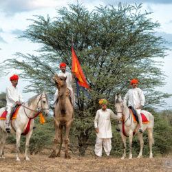 Jeźdźcy na koniach Marwari i wielbłąd w Indiach