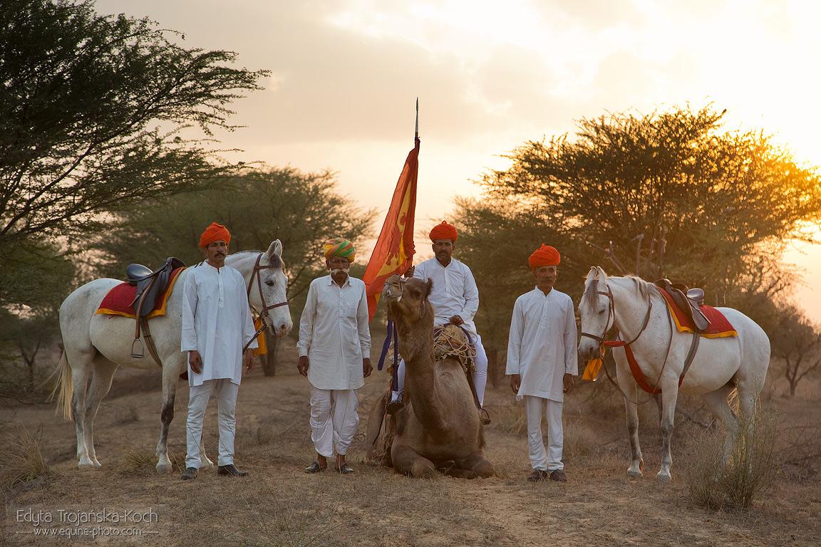Mandawa Safaris - konie ludzie i wielbłąd o zachodzie słońca w Indiach