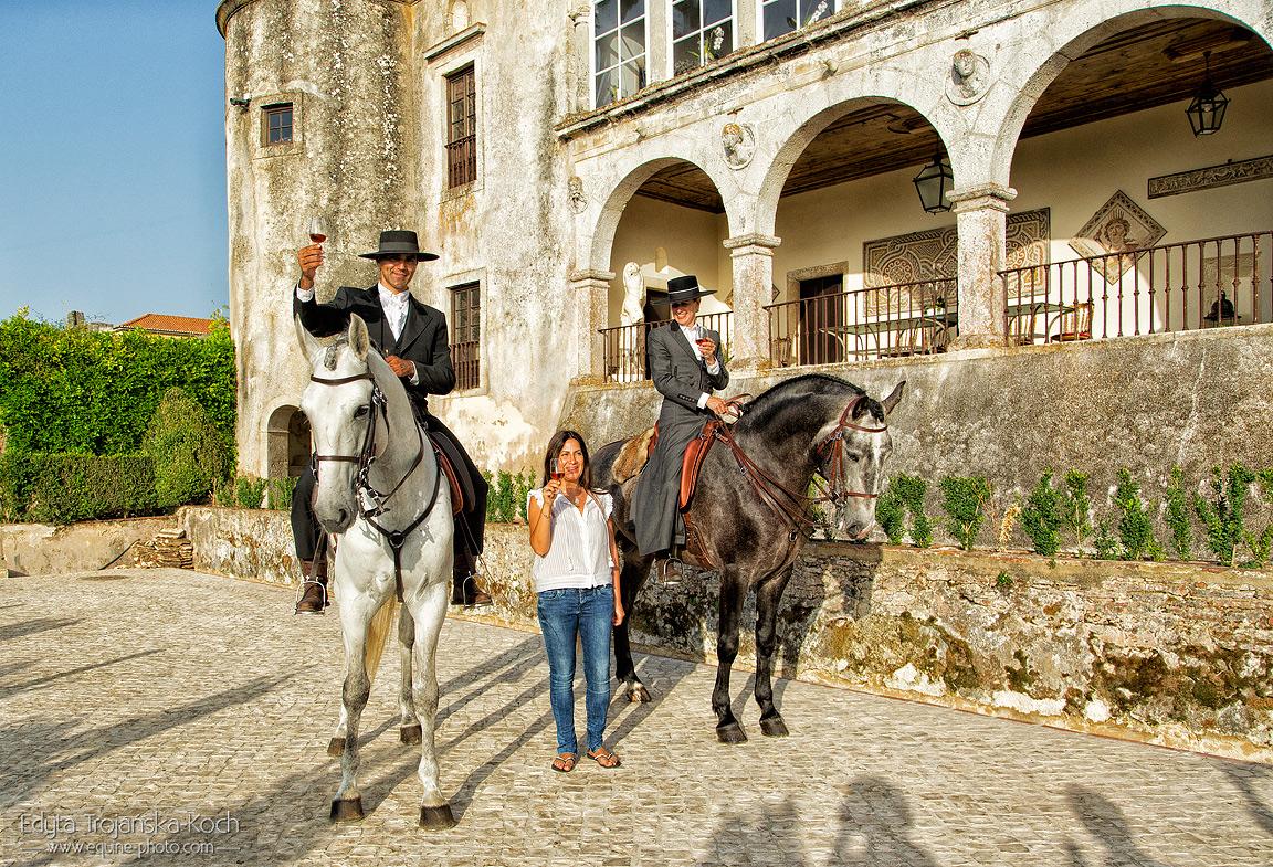 Jeźdźcy na ogierach Lusitano w winnicy i pałacu w Portugalii